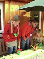 """Kindergeburtstag unter dem Motto """"Schmetterlinge"""", Geburtstagsfeier, Mottogeburtstag, Schmetterlingsfest. Kinder trinken aus verlängerten Strohhalmen und sollen so erlernen, was es für den Schmetterling bedeutet, durch seinen langen Rüssel zu trinken"""