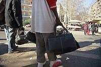 Milano, mercato rionale di viale Papiniano. Venditori ambulanti africani abusivi di borse contraffatte --- Milan, local market in Papiniano street. African illegal itinerant sellers of counterfeit bags