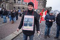 """Mehr als 10.000 Anhaengern der rechten Pegida-Dresden versammelten sich am Sonntag den 25. Januar 2015 in Dresden vor der Semper-Oper, unter ihnen etliche militante Hooligans und Neonazis aus dem ganzen Bundesgebiet sowie Rechte, die eigens aus Belgien und Daenemark angereist waren. Hooligans mit Ordnerbinden kooperierten nach Polizeiangaben mit den Beamten und kontrollierten die Presseausweise von Medienvertretern.<br /> Ca. 2.000 Menschen protestierten gegen den Aufmarsch der Rechten.<br /> Im Bild: Ein Pegida-Anhaenger mit einem islamfeindlichen Titelbild des Nachrichtenmagazin """"Der Spiegel"""".<br /> 25.1.2015, Dresden<br /> Copyright: Christian-Ditsch.de<br /> [Inhaltsveraendernde Manipulation des Fotos nur nach ausdruecklicher Genehmigung des Fotografen. Vereinbarungen ueber Abtretung von Persoenlichkeitsrechten/Model Release der abgebildeten Person/Personen liegen nicht vor. NO MODEL RELEASE! Nur fuer Redaktionelle Zwecke. Don't publish without copyright Christian-Ditsch.de, Veroeffentlichung nur mit Fotografennennung, sowie gegen Honorar, MwSt. und Beleg. Konto: I N G - D i B a, IBAN DE58500105175400192269, BIC INGDDEFFXXX, Kontakt: post@christian-ditsch.de<br /> Bei der Bearbeitung der Dateiinformationen darf die Urheberkennzeichnung in den EXIF- und  IPTC-Daten nicht entfernt werden, diese sind in digitalen Medien nach §95c UrhG rechtlich geschuetzt. Der Urhebervermerk wird gemaess §13 UrhG verlangt.]"""