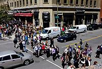 Piétons traversant Cathcart au coin McGill College, a l'heure du lunch, été 2011<br /> <br /> Photo : Agence Quebec Presse.