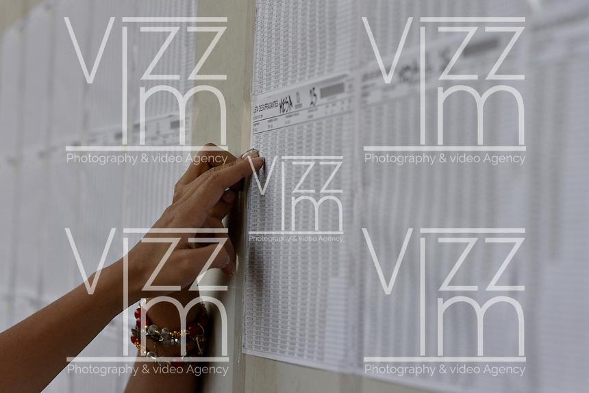 CALI -COLOMBIA. 02-10-2016: Ciudadanos colombianos acuden a las urnas para votar durante el Plebisto, escribiendo un nuevo capitulo en la historia del pais. Hoy los colombianos acuden a las urnas para decir SI o NO al acuerdo de Paz firmado entre el Gobierno y las Fuerzas Armadas Revolucionarias de Colombia Ejercito del Pueblo (FARC-EP) / Colombian citizens go to the polls to vote writing a new chapter in the history of the country. Today Colombians go to the polls to say YES or NO to the peace agreement signed between the government and the Revolutionary Armed Forces of Colombia People's Army (FARC-EP). Photo: VizzorImage/ Ericka Rozo / Staff