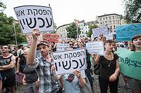 """Israelis demonstrieren in Berlin  gegen Gaza-Krieg.<br /> Mehrere hundert Menschen folgtem einem Aufruf von Israelis und Juden die in Berlin leben zu einer Demonstration gegen den Krieg Israels gegen im Gaza-Streifen. An der Demonstration nahmen auch Menschen aus arabischen Laendern und Deutschland teil. Gemeinsam riefen sie Parolen gegen Israel, Antisemitismus, Antiislamismus und forderten ein sofortiges Ende des Krieges.<br /> Im Bild: Demonstranten halten Schilder mit der hebraeischen Aufschrift """"Hoert auf zu schießen"""".<br /> 30.7.2014, Berlin<br /> Copyright: Christian-Ditsch.de<br /> [Inhaltsveraendernde Manipulation des Fotos nur nach ausdruecklicher Genehmigung des Fotografen. Vereinbarungen ueber Abtretung von Persoenlichkeitsrechten/Model Release der abgebildeten Person/Personen liegen nicht vor. NO MODEL RELEASE! Don't publish without copyright Christian-Ditsch.de, Veroeffentlichung nur mit Fotografennennung, sowie gegen Honorar, MwSt. und Beleg. Konto: I N G - D i B a, IBAN DE58500105175400192269, BIC INGDDEFFXXX, Kontakt: post@christian-ditsch.de<br /> Urhebervermerk wird gemaess Paragraph 13 UHG verlangt.]"""