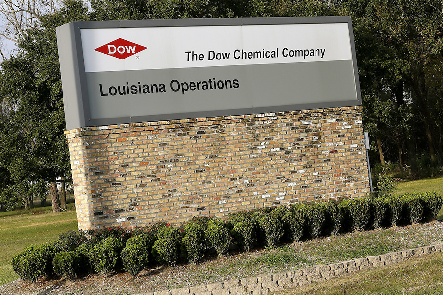 An entrance to a Dow Chemical Co plant in Plaquemine, Louisiana December 12, 2015. Chemical titans DuPont and Dow Chemical Co agreed to combine in an all-stock merger valued at $130 billion in a first step towards breaking up into three separate businesses, a move that pleased activist investors and could trigger more consolidation.    REUTERS/Jonathan Bachman