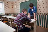Diskussionen und Meinungsäußerungen stehen im Mittelpunkt des Schultags. Nichtstaatliche Schule in Belarus in der Nähe von Minsk, deren Schüler und Lehrer lange Wege und Überwachung in Kauf nehmen. / Discussion and freedom of speech during the lessons. Privat school in Belarus near Minsk.