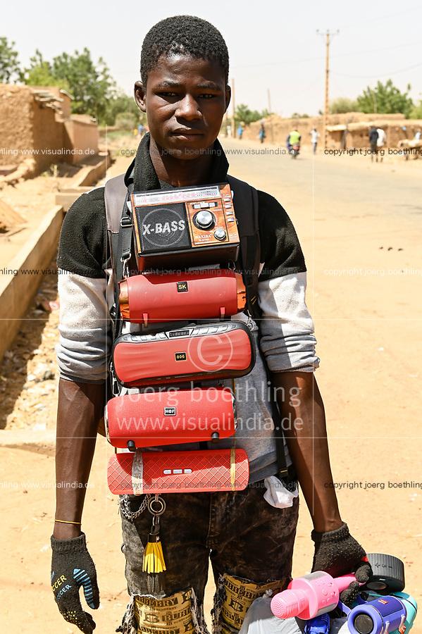 NIGER, village Namaro, market day, street vendor with chinese electronics like X-Bass / Markttag, Strassenverkauf von chinesischen Produkten, u.a. Radio X-bass