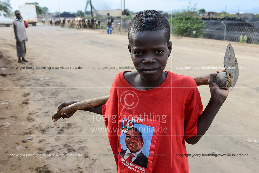 MOZAMBIQUE, Moatize, boy with T-shirt with FRELIMO president candidate Filipe NYUSI  , FRELIMO is the former movement for independance and party in power, background coal terminal of Jindal Africa a indian company / MOSAMBIK, Moatize, Junge mit T-shirt mit Filipe NYUSI Praesidentschaftskandidat der FRELIMO, FRELIMO ist die ehemalige mosambikanische nationale Befreiungsbewegung und heute amtierende Regierungspartei, Hintergrund Kohleverladeterminal von Jindal Africa, ein indisches Unternehmen