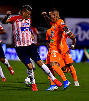 ENVIGADO - COLOMBIA, 26-09-2020: Santiago Jimenez de Envigado F. C. y Michael Rangel de Atletico Junior disputan el balón, durante partido entre Envigado F. C. y Atletico Junior  de la fecha 10 por la Liga BetPlay DIMAYOR I 2020, en el estadio Polideportivo Sur de la ciudad de Envigado. / Santiago Jimenez of Envigado F. C. and Michael Rangel of Atletico Junior fidht for the ball, during a match between Envigado F. C. and Atletico Junior of 10th date for the BetPlay DIMAYOR Leguaje I 2020 at the Polideportivo Sur stadium in Envigado city. Photo: VizzorImage / Luis Benavides / Cont.