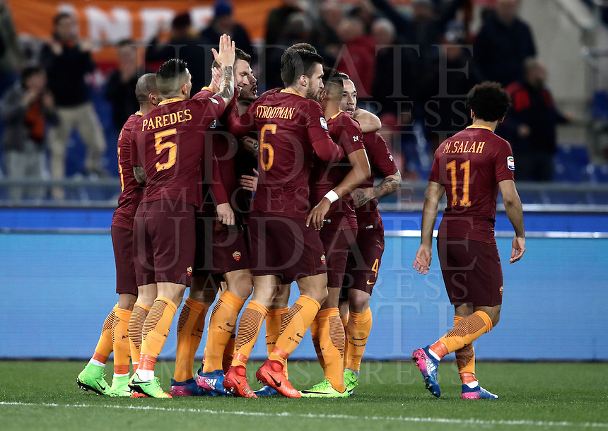 Calcio, Serie A: Roma, stadio Olimpico, 19 febbraio 2017.<br /> Roma's Edin Dzeko celebrates with teammates after scoring during the Italian Serie A football match between As Roma and Torino at Rome's Olympic stadium, on February 19, 2017.<br /> UPDATE IMAGES PRESS/Isabella Bonotto