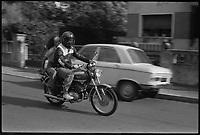 3 Juillet 1974. Vue d'un couple de jeunes circulant à bord d'une moto.