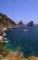 Italien, Capri, Blick von Marina Piccola auf Faraglioni-Felsen