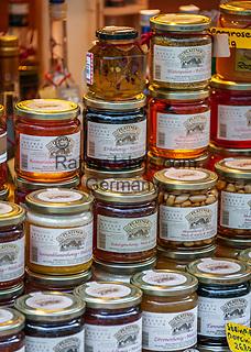 Italien, Suedtirol (Trentino-Alto Adige), Eisacktal, Brixen: Marktstand mit Suedtiroler Spezialitaeten - Honig   Italy, South Tyrol (Trentino-Alto Adige), Bressanone: market stand with South Tyrolean specialities - honey