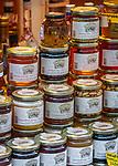 Italien, Suedtirol (Trentino-Alto Adige), Eisacktal, Brixen: Marktstand mit Suedtiroler Spezialitaeten - Honig | Italy, South Tyrol (Trentino-Alto Adige), Bressanone: market stand with South Tyrolean specialities - honey