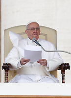 Papa Francesco durante la sua udienza generale in Piazza San Pietro, Citta' del Vaticano, 10 aprile 2013..Pope Francis attends his weekly general audience in St. Peter's square at the Vatican, 10 April 2013..UPDATE IMAGES PRESS/Isabella Bonotto..STRICTLY ONLY FOR EDITORIAL USE