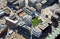 Am Sandtorpark: EUROPA, DEUTSCHLAND, HAMBURG, (EUROPE, GERMANY), 11.04.2011: Am Sandtorpark, Grasbrook ist ein im Bau befindliches Teilquartier der HafenCity in Hamburg. Es grenzt im Westen an das Quartier Am Sandtorkai, Dalmannkai, im Osten an das Überseequartier und im Sueden an den Strandkai, im Norden bildet die historische Bebauung der Speicherstadt die bauliche Grenze. Es wird rundherum von Straßen umgeben und verfuegt als einziges Teilquartier der HafenCity ueber keinen direkten Wasserzugang, gleichwohl bestehen Sichtbeziehungen zum Sandtorhafen..Das Quartier weist eine gemischte Nutzungsstruktur aus Wohnen und Gewerbe auf, hinzu kommen infrastrukturelle Einrichtungen wie eine Grundschule mit angeschlossenem Hort und ein Heizkraftwerk..Der ueberwiegende Teil der Hochbauprojekte des Quartiers wurde bereits fertiggestellt oder befindet sich in der Umsetzung. Die Bauarbeiten sollen mit Ausnahme eines Baufeldes im Sueden des Gebiets bis 2011 abgeschlossen werden.Dach der Katharinenschule am Dallmannkai in der Hafencity, Dreizuegige Grundschule, Kita, Kinderhotel, Ganz Hoch Oben, Spielplatz, Dach, Hafen, City, Hamburg, Baustelle, Hochbau, Bebauung, Stadtplanung, Planung, Buero, Wohn, Haus, Schule, Bau, Konjunktur, Uebersicht,Konzept durch Firma Otto Wulf, PPP- Vertrag, Architekt Spengler & Wiescholek Aufwind-Luftbilder, Luftbild, Luftaufname, Luftansicht .c o p y r i g h t : A U F W I N D - L U F T B I L D E R . de G e r t r u d - B a e u m e r - S t i e g 1 0 2, 2 1 0 3 5 H a m b u r g , G e r m a n y P h o n e + 4 9 (0) 1 7 1 - 6 8 6 6 0 6 9 E m a i l H w e i 1 @ a o l . c o m w w w . a u f w i n d - l u f t b i l d e r . d e K o n t o : P o s t b a n k H a m b u r g B l z : 2 0 0 1 0 0 2 0 K o n t o : 5 8 3 6 5 7 2 0 9 V e r o e f f e n t l i c h u n g n u r m i t H o n o r a r n a c h M F M, N a m e n s n e n n u n g u n d B e l e g e x e m p l a r !