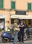 Italien, Latium, Soriano nel Cimino bei Viterbo: weibliche Polizistin im Gespraech mit Passantin   Italy, Lazio, Soriano nel Cimino near Viterbo: police woman