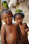 Hermanos kuna / Corbiski, comarca de Guna Yala / Panamá.<br /> <br /> Niños indígenas con loros sobre la cabeza.