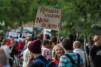 Fluechtlinge beziehen Unterkunft in Berlin-Adlershof.<br /> Am Mittwoch den 4. Juni 2014 wurden die ersten Fluechtlinge in der neu eingerichteten Unterkunft Radickestrasse in Berlin-Adlershof einquartiert. Am Nachmittag des Tages kamen ca 150 Menschen zu einer Willkommenskundgebung neben der Unterkunft um die Fluechtlinge zu begruessen.<br /> In den Wochen zuvor hatten Neonazis von der NPD aus Berlin und Brandenburg sowie ein paar Bewohner des Stadtteils immer wieder versucht Stimmung gegen die Unterkunft zu machen. Zeitgleich zur Willkommenskundgebung versammelten sich einige hundert Meter entfernt ca. 30 Neonazis und Bewohner des Stadtteils um gegen die Unterkunft zu protestieren. Sie wurden von der Polizei abgeschirmt.<br /> Der Traeger der Unterkunft ist der Internationale Bund (IB - Freier Traeger der Jugend-, Sozial- und Bildungsarbeit e.V.). Bis zu 210 Menschen sollen nach den Plaenen des zustaendigen Landesamt fuer Gesundheit und Soziales (LAGeSo) in der Unterkunft wohnen.<br /> Im Bild: Bewohner aus Adlershof und Mitglieder antirassistischer Gruppen bei der Willkommenskundgebung.<br /> 4.6.2014, Berlin<br /> Copyright: Christian-Ditsch.de<br /> [Inhaltsveraendernde Manipulation des Fotos nur nach ausdruecklicher Genehmigung des Fotografen. Vereinbarungen ueber Abtretung von Persoenlichkeitsrechten/Model Release der abgebildeten Person/Personen liegen nicht vor. NO MODEL RELEASE! Don't publish without copyright Christian-Ditsch.de, Veroeffentlichung nur mit Fotografennennung, sowie gegen Honorar, MwSt. und Beleg. Konto:, I N G - D i B a, IBAN DE58500105175400192269, BIC INGDDEFFXXX, Kontakt: post@christian-ditsch.de]