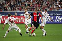 Alex Meier (Eintracht Frankfurt) setzt sich gegen Traquillo Barnetta und Pirmin Schwegler (beide Bayer Leverkusen) durch