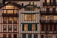 Europe/France/Aquitaine/64/Pyrénées-Atlantiques/Pays-Basque/Ciboure: Le port de pêche de Saint-Jean-de-Luz et les maisons du quai Maurice Ravel à l'aube