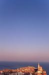 Piran, Slovenija, Piran, Slowenien, Piran (italienisch Pirano) ist eine Stadt im äußersten Südwesten Sloweniens an der Küste des Adriatischen Meeres. Mit ihrer malerischen Lage, ihrer Altstadt und venezianischen Architektur ist die Stadt an der Slowenischen Riviera eines der bekanntesten Touristenzentren Sloweniens. Piran (Italian Pirano) is a town and municipality in southwestern Slovenia on the Adriatic coast along the Gulf of Piran.