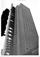 Construction du Château Champlain à Montréal.<br /> L'hôtel vu de la rue Saint-Antoine. Il sera inauguré l'année suivante, à l'occasion de l'exposition universelle.<br /> [1966].<br /> Source : Centre de recherche Lionel-Groulx, P50/B4,1.