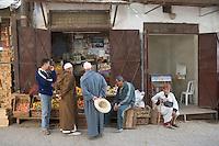 Afrique/Afrique du Nord/Maroc/Fèz: Dans la médina de Fèz-El-Bali devant la boutique d'un marchand de légumes