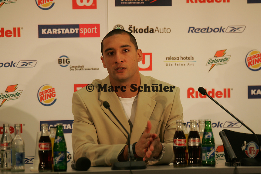Juan Wong (Wide Receiver Rhein Fire) in der Pressekonferenz