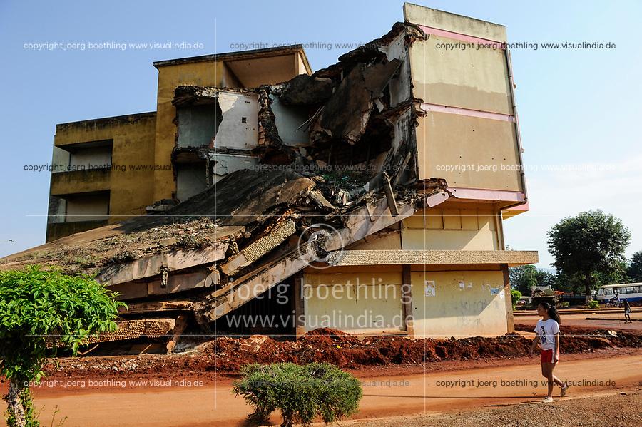 Africa ANGOLA Quibala, destroyed buildings from civil war between MPLA and UNITA  / Afrika ANGOLA Quibala, Zerstoerte Gebaeude aus dem Buergerkrieg 1975 - 2002 zwischen MPLA und UNITA