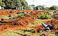 São Paulo , SP, 01.04.2021 -  Abertura de Sepulturas Cemitério Vila Formosa-SP -Vista de sacos com ossos retirados sepulturas na manhã desta quinta -feira (01) , no Cemitério Vila Formosa , para abertura de novas sepulturas.