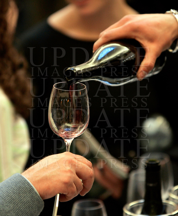 Ultima giornata del Roma Wine Festival, 2 marzo 2008..A sommelier pours wine to a visitor of the Rome Wine Festival, 2 march 2008..UPDATE IMAGES PRESS/Riccardo De Luca