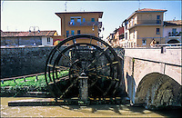 Groppello d'Adda frazione di Cassano (Milano). La antica ruota ad acqua (noria) sul Naviglio Martesana per l'irrigazione dei campi --- Groppello d'Adda suburb of Cassano (Milan). The old water wheel (noria) in the Naviglio Martesana canal for fields irrigation