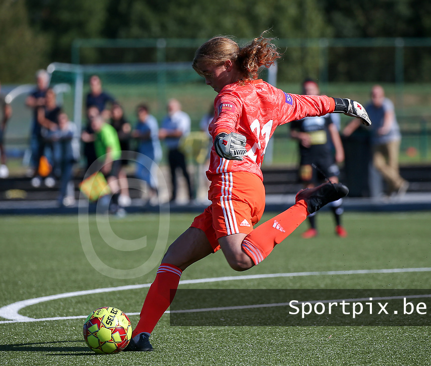 20190921 – LEUVEN, BELGIUM : OHL's goal keeper Mirthe Claes is pictured performing a goal kick during a women soccer game between  Oud Heverlee Leuven Ladies B and Eendracht Aalst Ladies on the fourth matchday of the Belgian Division 1 season 2019-2020, the Belgian women's football  national division 1, Saturday 21th September 2019 at the Bruinveld Youth Complex, Domeinstraat in Leuven , Belgium. PHOTO SPORTPIX.BE | SEVIL OKTEM