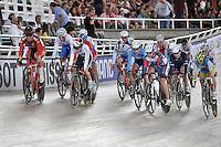 CALI - COLOMBIA - 02-03-2014: Laura Trott de Gran Bretaña (2Izq.) y Sarah Hammer (3Der.) de Estados Unidos lideran la prueba Scratch Damas Omnium en el Velodromo Alcides Nieto Patiño, sede del Campeonato Mundial UCI de Ciclismo Pista 2014. / Laura Trott de Gran Bretaña (2L) and Sarah Hammer (3R) of United States lead the test of the Women´s Omnium Scratch at the Alcides Nieto Patiño Velodrome, home of the 2014 UCI Track Cycling World Championships. Photos: VizzorImage / Luis Ramirez / Staff.