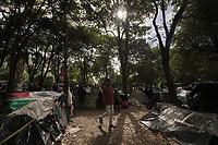 BOGOTA - COLOMBIA, 08-06-2020: Unos 500 ciudadanos venezolanos siguen varados en la salida de Bogotá por la autopista Norte tratando de regresar a su país. Hoy es el día 77 de la cuarentena total en el territorio colombiano causada por la pandemia  del Coronavirus, COVID-19. / About 500 Venezuelan citizens remain stranded at the Bogotá exit on the Norte highway trying to return to their country. Today is the day 77 of total quarantine in Colombian territory caused by the Coronavirus pandemic, COVID-19. Photo: VizzorImage / Diego Cuevas / Cont