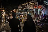 Teheran, coppia passeggia di sera in un mercato<br /> couple walking during night in a market