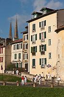 Europe/France/Aquitaine/64/Pyrénées-Atlantiques/Pays-Basque/Bayonne: Maisons sur les remparts et flèches de la Cathédrale Sainte-Marie lors des Fêtes de Bayonne