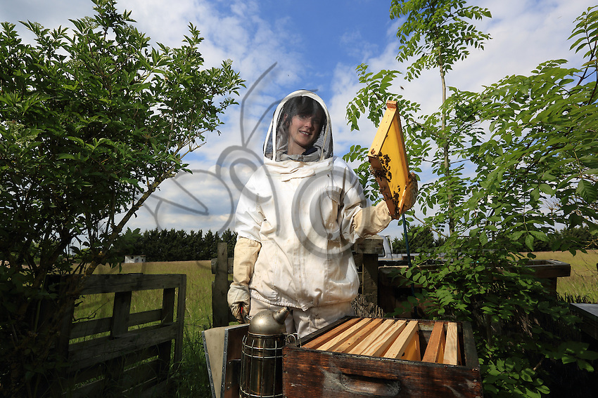 Cecile Rueche, 31 years old, Pontaly Farm in Bailly in the Yvelines. Having studied as an agricultural engineer, she began beekeeping in 2010. She today owns six hives. Beekeeping is now her hobby even if she started it with her husband, a contractual farmer. Between use of phytosanitary products, the economic realism of intensive farming and the bees, the couple who started here 10 years ago is seeking a satisfying model between productivity and the quest for quality.///Cécile Ruèche, 31 ans , Ferme de Pontaly à Bailly dans les Yvelines. Cette ingénieure agricole de formation a commencé l'apiculture en 2010. Elle possède aujourd'hui six ruches. L'apiculture est aujourd'hui son hobby même si elle a commencé avec son mari, exploitant agricole en conventionnel. Entre utilisation des produits phytosanitaires, réalisme économique d'une agriculture intensive et les abeilles, le couple qui s'est installé il y a 10 ans, cherche un modèle satisfaisant entre productivisme et recherche de qualité.