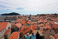 KROATIEN, 04.2011, Dubrovnik. © Petar Kurschner/EST&OST<br /> Touristen ueber der Stadt. | Tourists viewing the city.