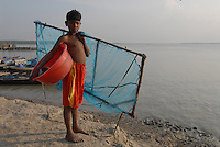 BANGLADESH, Division Khulna, village Kalabogi at river Shibsha close to the Bay of Bengal , children catch shrimp larvae for shrimp cultivation  / BANGLADESCH, Dorf Kalabogi am Fluss Shibsha, Kinder fangen Shrimpslarven fuer die Shrimpszucht
