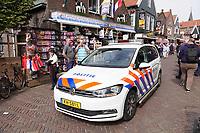Nederland - Volendam - 2018.  Centrum van Volendam. Politie auto op de Dijk.  Foto Berlinda van Dam / Hollandse Hoogte