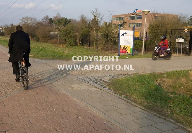Nijmegen 230310 Fietser op fietspad bij Heliconcollege<br /> foto bij verhaal over gemaskerde man bij scholen<br /> Foto Frans Ypma APA-foto