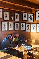 Italie, Val d'Aoste, Breuil-Cervinia : Refuge des guides du Cervin à 3480 M d'altitude - Rifugio guide del Cervino , Testa Grigia, Plateau Rosa , avec au mur, les portraits des guides // Italy, Aosta Valley, Breuil-Cervinia: Refuge  Matterhorn guides  3480 m altitude - Rifugio Guide del Cervino, on the wall, portraits of guide