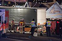 LKW rast in Berliner Weihnachtsmarkt.<br /> Am Abend des 19. Dezember 2016 fuhren Unbekannte mit einem LKW mit polnischen Kennzeichen in den Berliner Weihnachtsmarkt am Kurfuerstendamm und toeteten 12 Menschen, 48 wurden zum Teil schwer verletzt. Der Beifahrer wurde tot im Fuehrerhaus gefunden, der Fahrer fluechtete, wurde angeblich aber festgenommen. Ein Anschlag wird nicht ausgeschlossen, ermittelt wird jedoch in alle Richtungen.<br /> Im Bild: Polizei und Feuerwehr am Tatfahrzeug. Unter den goldenen Rettungsdecken liegen Opfer.<br /> 19.12.2016, Berlin<br /> Copyright: Christian-Ditsch.de<br /> [Inhaltsveraendernde Manipulation des Fotos nur nach ausdruecklicher Genehmigung des Fotografen. Vereinbarungen ueber Abtretung von Persoenlichkeitsrechten/Model Release der abgebildeten Person/Personen liegen nicht vor. NO MODEL RELEASE! Nur fuer Redaktionelle Zwecke. Don't publish without copyright Christian-Ditsch.de, Veroeffentlichung nur mit Fotografennennung, sowie gegen Honorar, MwSt. und Beleg. Konto: I N G - D i B a, IBAN DE58500105175400192269, BIC INGDDEFFXXX, Kontakt: post@christian-ditsch.de<br /> Bei der Bearbeitung der Dateiinformationen darf die Urheberkennzeichnung in den EXIF- und  IPTC-Daten nicht entfernt werden, diese sind in digitalen Medien nach §95c UrhG rechtlich geschuetzt. Der Urhebervermerk wird gemaess §13 UrhG verlangt.]