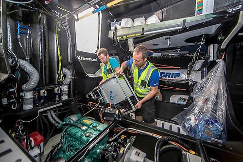 Montaż sprzętu do przetwarzania danych w mikroplastiku na łodzi AkzoNobel w Auckland w dniu 3 marca 2018 r