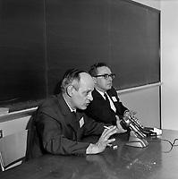 Sujet : René Lévesque et Guy Pelletier<br /> , Entre le 18 et le 24 décembre 1967<br /> <br /> Photographe : Photo Moderne - Agence Québec Presse
