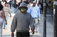 Campinas (SP), 30/04/2021 - Clima-SP - Pedestres enfrentam frio na região central de Campinas, interior de São Paulo, nesta sexta-feira (30)