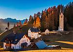 Italien, Suedtirol (Trentino - Alto Adige), Gadertal, oberhalb Wengen: der Weiler Tolpei mit dem Turm der alten Pfarrkirche St. Genesius in Altwengen (rechts) und links die spaetgotische Barbarakapelle, im Hintergrund die Puez-Geisler-Gruppe im Naturpark Puez-Geisler | Italy, South Tyrol (Trentino - Alto Adige), Val Badia, above La Valle: hamlet Tolpei with steeple of parish church St Genesius in Old-Wengen (right), the chapel Saint Barbara (middle), at background Puez-Geisler-Group at Puez-Geisler Nature Park (Parco naturale Puez Odle)