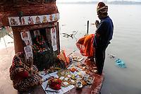 INDIA Westbengal, Kolkata, Hindu prayer at Babu ghat at river Hooghli a branch of holy Ganga River / INDIEN, Westbengalen, Kolkata, Hindus beim Gebet am Fluss Hugli am Babu Ghat
