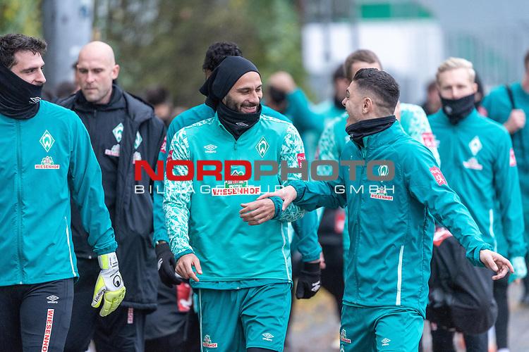 17.11.2020, Trainingsgelaende am wohninvest WESERSTADION - Platz 12, Bremen, GER, 1.FBL, Werder Bremen Training<br /> <br /> <br /> Die Spieler kommen am Dienstag morgen zum Training<br /> <br /> Stefanos Kapino (Werder Bremen #27)<br /> Christian Vander (Torwart-Trainer SV Werder Bremen)<br /> gut gelaunt <br /> Ömer / Oemer Toprak (Werder Bremen #21)<br /> Milot Rashica (Werder Bremen #07)<br /> <br /> <br /> <br /> Foto © nordphoto / Kokenge