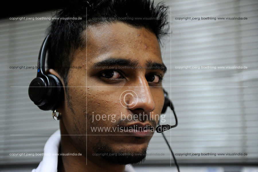 INDIA West Bengal, Kolkata, young people work in callcenter calling customer for service inquiries or selling products for US or UK based companies / INDIEN Westbengalen Kalkutta, junge Menschen arbeiten in einem Callcenter, Telefonservice fuer Kunden von Firmen in den USA und UK